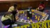 Estudiantes de la Sun Valley Magnet School, en LA, EE. UU. preparan la exposición en homenaje a las víctimas del 11S. [Foto Verónica Villafañe].