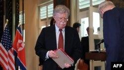 존 볼튼 미국 백악관 국가안보보좌관이 지난해 6월 싱가포르에서 열린 미-북 정상회담 공동합의문 서명식에 입장하고 있다.