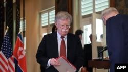 ទីប្រឹក្សាសន្តិសុខជាតិនៃសហរដ្ឋអាមេរិក John Bolton បានមកដល់ក្នុងពិធីចុះហត្ថលេខារវាងមេដឹកនាំកូរ៉េខាងជើង គីម ជុងអ៊ុន និងប្រធានាធិបតីសហរដ្ឋអាមេរិកលោកដូណាល់ ត្រាំ កាលពីថ្ងៃទី១២ មិថុនា ២០១៨។