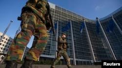 Binh sĩ nhảy dù Bỉ tuần phòng bên ngoài trụ sở Ủy ban Âu châu trong thủ đô Brussels, 17/1/15