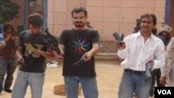 ہتھیار نییں پیار۔ مہم کے دوران تنظیم کے کارکن کھلونا پستولیں توڑ رہے ہیں