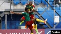 Les joueurs camerounais Andre-Frank Zambo Anguissa et Vincent Aboubakar à Saint Petersbourg, le 22 juin 2017.
