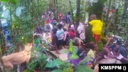 Pengungsi warga Kampung Imsun di hutan. (Foto: Courtesy/KMSPPM)