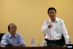 Bộ trưởng Bộ Tài nguyên và Môi trường Trần Hồng Hà (phải) và Thứ trưởng Bộ Tài nguyên và Môi trường Võ Tuấn Nhân (trái) trong một cuộc họp nội bộ về vụ cá chết hàng loạt trong thời gian gần đây.