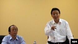 Bộ trưởng Tài Nguyên & Môi trường Trần Hồng Hà (phải) và Thứ trưởng Tài Nguyên & Môi trường Võ Tuấn Nhân chủ trì cuộc họp báo công bố nguyên nhân vụ cá chết hàng loạt ở miền Trung. Ảnh: epa/Luong Thai Linh.