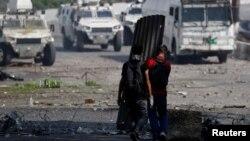 1일 베네수엘라 카라카스에서 마두로 대통령 퇴진 요구 시위에 참가한 시민들이 장갑차를 향해 걸어라고 있다.