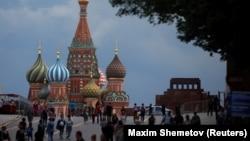 Orang-orang berjalan melintasi Lapangan Merah saat cuaca mendung di Moskow, Rusia, 8 Juni 2021. (Foto: REUTERS/Maxim Shemetov)