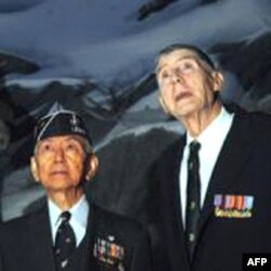 退役少校吕超然(左)在海军陆战队博物馆回忆韩战岁月