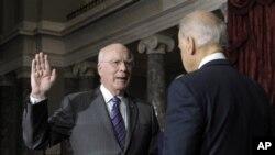 Сенаторот Патрик Лехи во присуство а потпретседателот Џо Бајден дава заклетва на функцијата трет заменик на претседателот