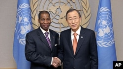 ເອກອັກຄະລັດຖະທູດ Ivory Coast ປະຈຳສະຫະປະຊາຊາດ ທ່ານ Youssoufou Bamba (ຊ້າຍ) ຈັບມື ກັບເລຂາທິການໃຫຍ່ ອົງການສະຫະປະຊາຊາດ ທ່ານ Ban Ki-moon ທີ່ສຳນັກງານໃຫຍ່ສະຫະປະຊາຊາດ ຢູ່ນະຄອນນິວຢອກ (29 ທັນວາ 2010)