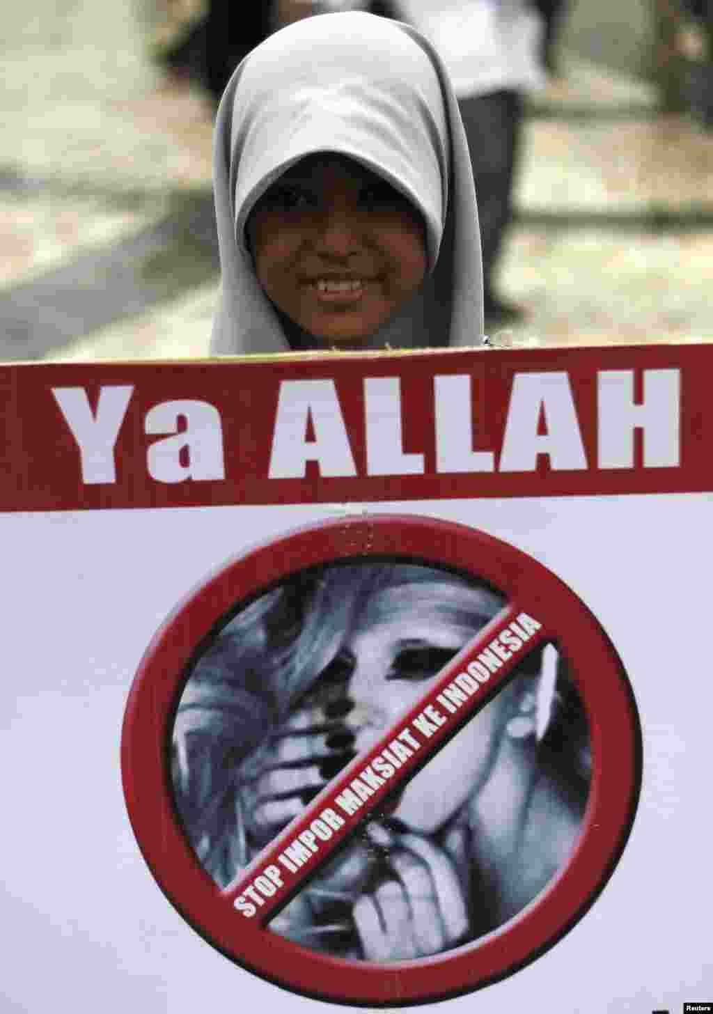 Salah seorang aktivis Muslim dalam demonstrasi yang menuntut pelanggaran konser Lady Gaga, Jakarta, 29 April (Reuters).
