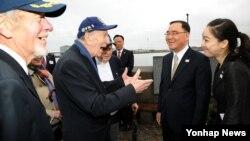 덴마크와 핀란드를 순방중인 한국의 정홍원 국무총리(오른쪽 2번째)가 21일 덴마크 코펜하겐에서 한국전 참전 용사들과 만났다.