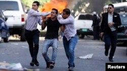 Un manifestante es detenido por elementos de la seguridad del estado, durante una protesta en Caracas.