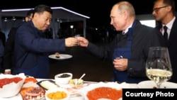 2018年9月11日符拉迪沃斯托克: 中国国家主席习近平和俄罗斯总统普京一起品尝美食