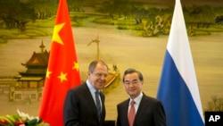 Ngoại trưởng Nga Sergey Lavrov (trái) bắt tay Bộ trưởng Ngoại giao Trung Quốc Vương Nghị sau cuộc họp báo tại Bộ Ngoại giao Trung Quốc ngày 29/4/2016.