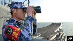 2013年11月26日,中國航空母艦遼寧號在東中國海試航。圖為艦上的海軍軍人向遠方瞭望。(資料照片)