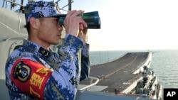 중국의 첫 항공모함 '랴오닝' 호가 지난 11월 해상 훈련에 돌입한 가운데, 한 승무원이 갑판 상황을 점검하고 있다. (자료사진)