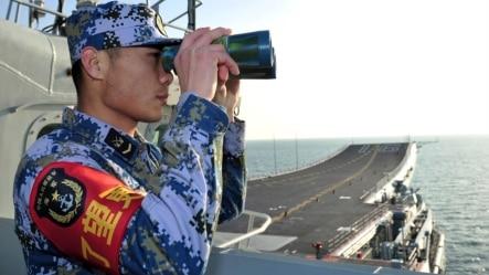 2013年11月26日中国海军辽宁号船员在甲板上嘹望