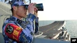 지난해 11월 중국의 첫 항공모함 '랴오닝' 호가 해상 훈련에 돌입한 가운데, 한 승무원이 갑판 상황을 점검하고 있다. (자료사진)