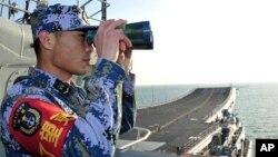 Một lính hải quân Trung Quốc trên hàng không mẫu hạm đầu tiên của nước này là Liêu Ninh.
