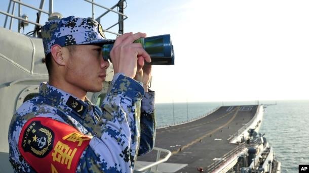 Lính hải quân Trung Quốc trên hàng không mẫu hạm Liêu Ninh khi tàu sân bay này trên Biển Hoa Đông.