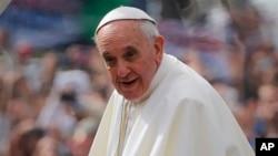 프란치스코 교황이 리우 코파카바나 해변 미사에 참석하기 위해 운집한 가톨릭 신도들을 바라보고 있다