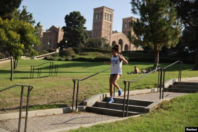 Seorang perempuan sedang jogging di kampus University of California Los Angeles (UCLA) sebelum tahun ajaran baru di tengah pandemi virus corona, di Los Angeles, California, 28 September 2020. (Foto: Reuters)