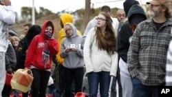 Cư dân ở Keyport, New Jersey xếp hàng chờ mua xăng