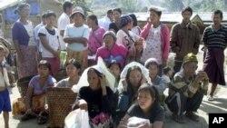 ອົບພະຍົບຊາວກາຈິນ ລໍຖ້າການເຈກເຄື່ອງຊ່ວຍເຫລືອຈາກ ກອງທັບເພື່ອເອກະລາດຂອງກະຈິນ ຫລື KIA ທີ່ສູນ ອົບພະຍົມ Je Yang IDP ຊຶ່ງເປັນສູນອົບພະຍົບທີ່ໃຫຍ່ ແລະໃກ້ເມືອງ Laiza ທີ່ສຸດ ຢູ່ທາງພາກເໜືອຂອງມຽນມາ ໃນວັນທີ 4 ມັງກອນ 2013. (AP Photo/Yadana Htun)