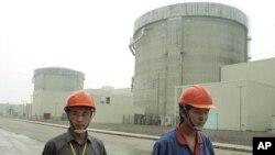 Công nhân tại nhà máy điện hạt nhân Tần Sơn trong tỉnh Chiết Giang của Trung Quốc (hình chụp ngày 10/6/2005)