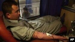 عکس آرشیف؛ محمد ضیا مرد افغان حین اهدای خون
