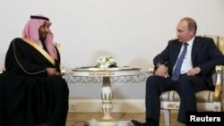 دیدار ولادیمیر پوتین رئیس جمهوری روسیه با شاهزاده محمد بن سلمان وزیر دفاع عربستان سعودی در سن پیترزبورگ - ۲۸ خرداد ۱۳۹۴