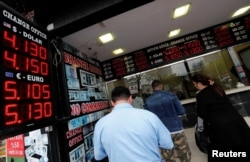 People change money at a currency exchange office in Istanbul, Turkey, April 11, 2018.