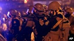 Polisi mengamankan kota Ferguson setelah aksi demonstrasi rusuh yang sudah berlangsung beberapa hari.