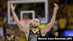 Guard Golden State Warriors, Stephen Curry (30), melakukan selebrasi pada paruh kedua Game 2 bola basket Final NBA antara Warriors dan Clevelan Cavaliers di Oakland, California, hari Minggu, 3 Juni 2018 (foto: AP Photo/Marcio Jose Sanchez)
