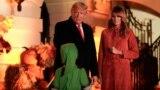 Shugaban Amurka Donald Trump da uwargidansa Melania Trump sun gaisa da yara sanye da kayan ado mai ban tsoro yayin bikin Halloween