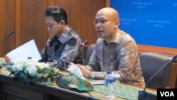 Juru bicara Kementerian Luar Negeri Arrmanatha Nasir (kanan) dalam jumpa pers di kantornya di Jakarta, Jumat 26/5. (Foto: VOA/Fathiyah)