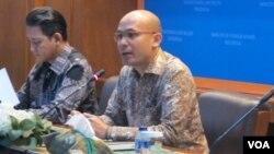 Juru bicara Kementerian Luar Negeri Arrmanatha Nasir (kanan) dalam jumpa pers di kantornya di Jakarta. (Foto:VOA/Fathiyah)