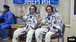 Komandan Ekspedisi Soyuz 29, Anton Shkaplerov (kiri) dan Tehnisi Penerbangan Ekspedisi 29 NASA Daniel Burbank sesaat sebelum diberangkatkan dari Cosmodrome Baikonur di Kazakhstan, menuju stasion antariksa internasional (ISS) (14/11)