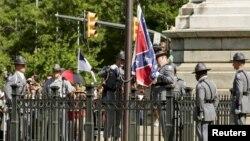 Почетный караул дорожно-патрульной службы Южной Каролины в пятницу убрал с территории Капитолия штата флаг Конфедерации. Колумбия, Южная Каролина. 10 июля 2015 г.