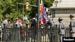 La bandera confederada, un símbolo de la Guerra Civil estadounidense, fue removida este viernes del Capitolio estatal en Columbia, Carolina del Sur.