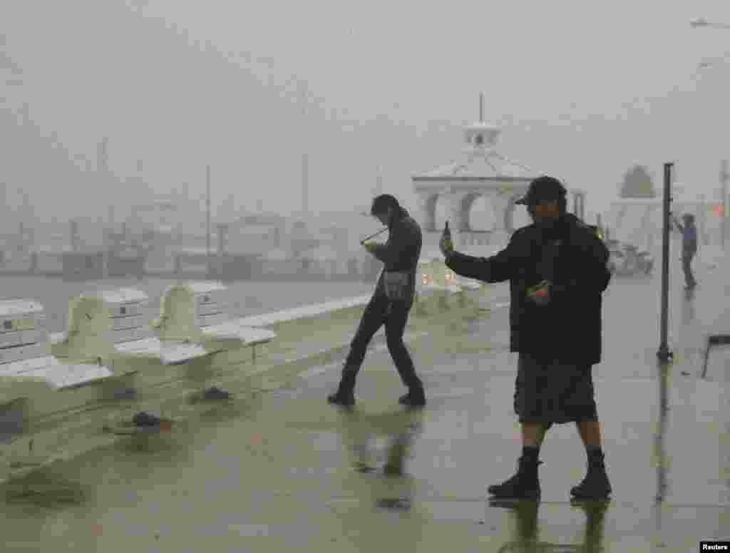 ایک شخص سمندری طوفان کے ساتھ اپنی تصویر بنانے کی کوشش کر رہا ہے