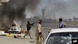 Wapiganaji wa upinzani nchini Libya wakiwa katika mji wa Tripoli, August 22, 2011