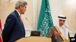 Госсекретарь США Джон Керри и министр иностранных дел Саудовской Аравии Адель аль-Джубейр проводят совместную пресс-конференцию. Саудовская Аравия. 7 мая 2015 г.