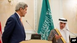 រដ្ឋមន្ត្រីការបរទេសអាមេរិកលោក John Kerry និងរដ្ឋមន្ត្រីការបរទេសអារ៉ាប៊ីសាអ៊ូឌីតលោក Adel al-Jubeir បានធ្វើសន្និសីទសារព័ត៌មានមួយនៅមូលដ្ឋានអាកាស ក្រុង Riyadh ប្រទេសអារ៉ាប៊ីសាអ៊ូឌីត នាថ្ងៃទី ០៧ ខែឧសភា ឆ្នាំ២០១៥។