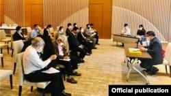ျမန္မာသံအမတ္ႀကီးက ဂ်ပန္ႏိုင္ငံေရာက္ ျမန္မာႏိုင္ငံသားမ်ားနဲ႔ လူငယ္ကိုယ္စားလွယ္မ်ားကို ေတြ႔ဆုံေဆြးေႏြးခဲ့တဲ့ ျမင္ကြင္း။ (ဓာတ္ပံု - Embassy of the Republic of the Union of Myanmar, Tokyo - ဇူလိုင္ ၂၆၊ ၂၀၂၀)