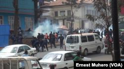 Les syndicalistes des enseignants dispersés à Bukavu, le 10 août 2020. (VOA/Ernest Muhero)