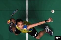 Tai Tzu Ying dari China Taipei mengembalikan servis Ratchanok Intanon dari Thailand dalam final tunggal putri turnamen bulu tangkis Malaysia Masters di Kuala Lumpur, 18 Januari 2019.