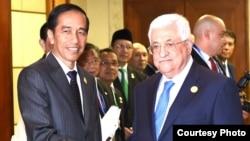 Presiden Joko Widodo menyambut kedatangan Presiden Palestina Mahmoud Abbas dalam pertemuan KTT Luar Biasa OKI di JCC (6/3). (Foto: Biro Pers Kepresidenan RI)