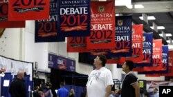 Na Universidade de Hofstra, em Nova Iorque, ultimam-se os preparativos para o debate entre Barack Obama, o presidente dos Estados Unidos, e Mitt Romney, o seu adversário nas eleições presidenciais de 6 de Novembro.